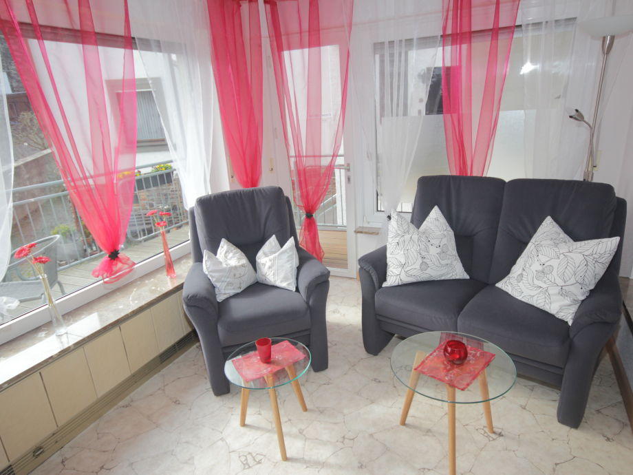 Wohnzimmer mit Boxspringcouch und Sessel
