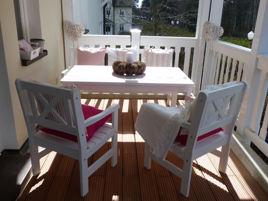 Balkon mit Holzmöbeln