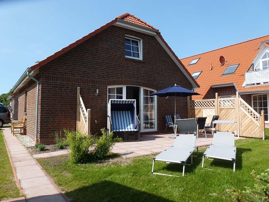 Garten mit Strandkorb, Terrasse mit Terrassenmöbeln, Sonnenliegen