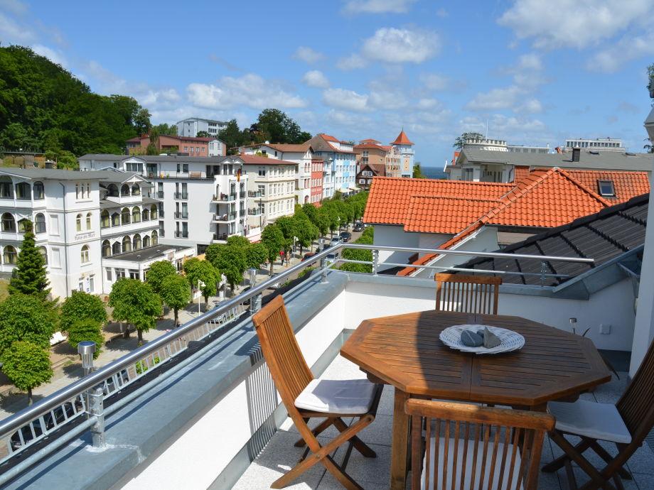 Blick vom Balkon in Richtung Badestrand und Seebrücke