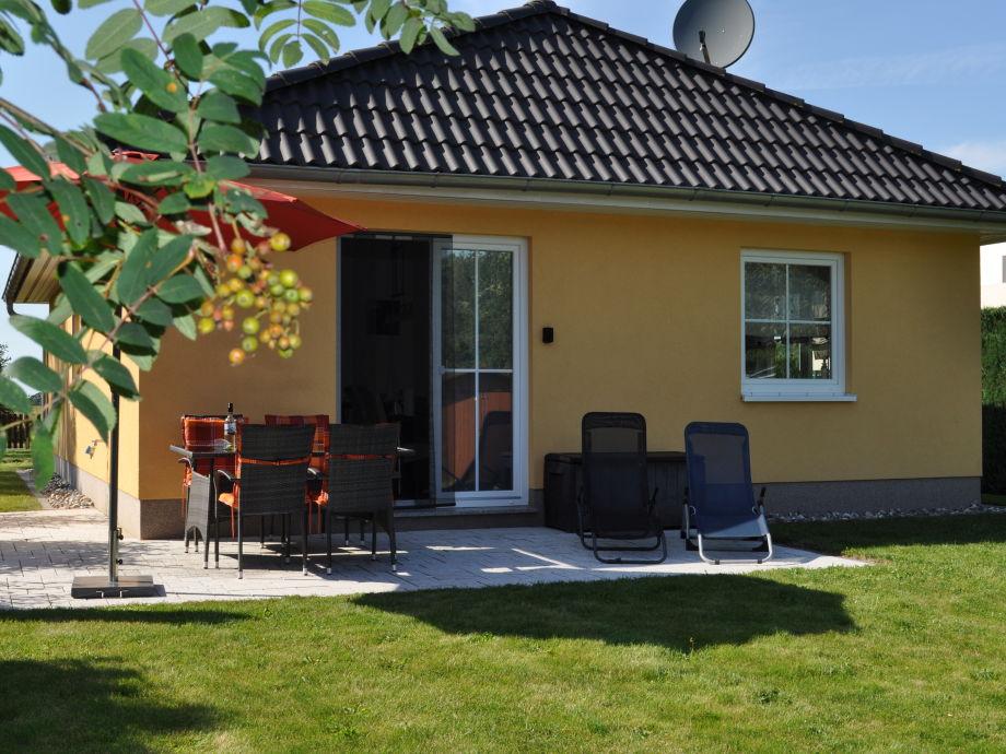 Ansicht hinten mit gemütlicher Terrasse