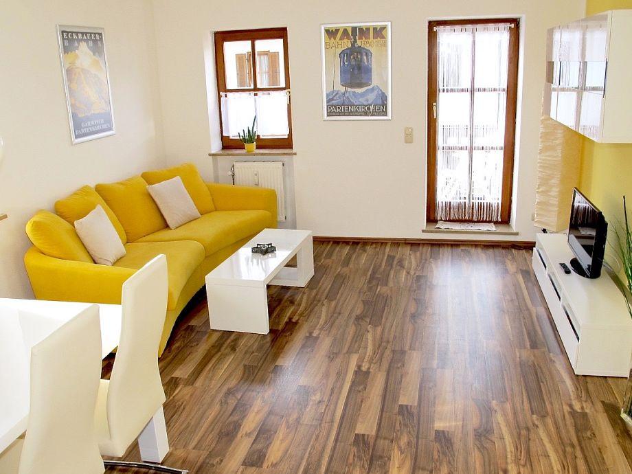 Heller Wohn- und Essbereich mit Sofa
