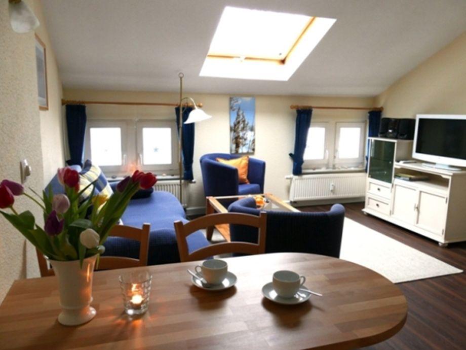 Blick ins Wohnzimmer mit modernem Flachbildfernseher
