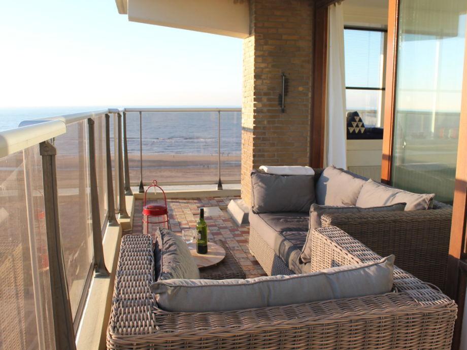 Sitz am terrasse mit Blick auf das Meer und Strand