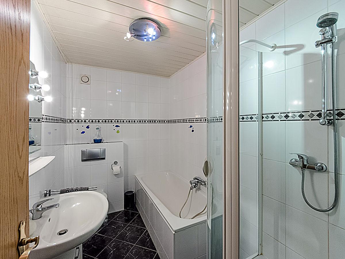 Ferienwohnung maria laach laacher see eifel vordereifel - Badezimmer mit dusche und badewanne ...