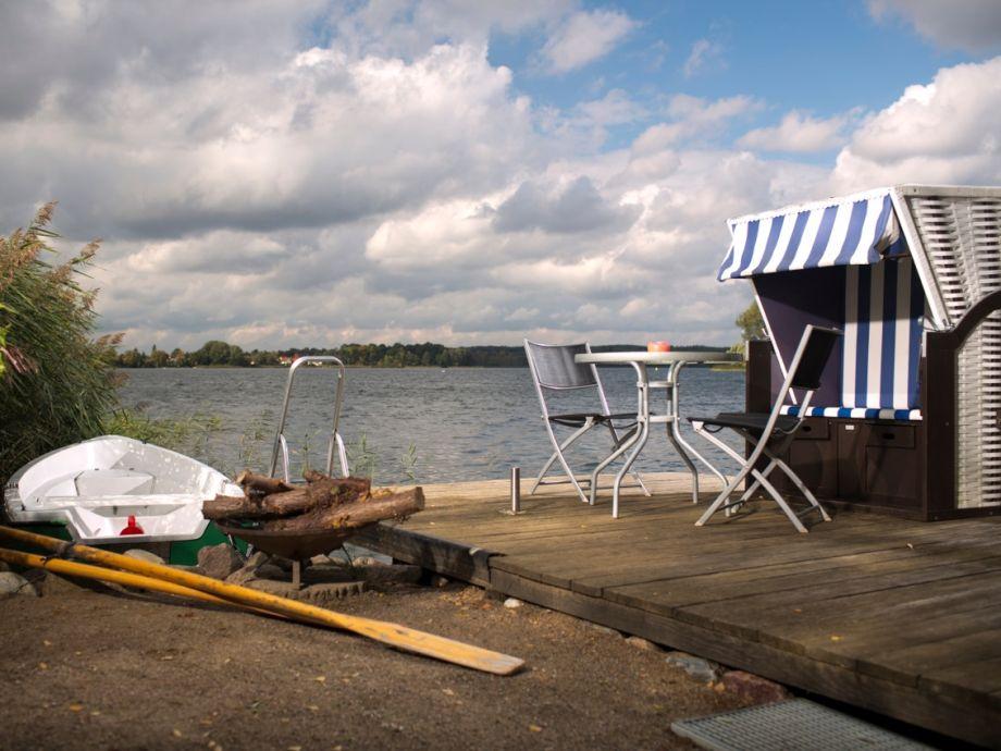 Außenaufnahme Ferienhaus direkt am See mit Privatstrand