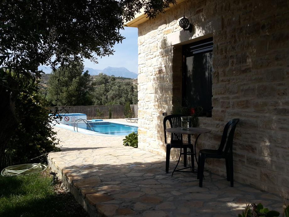 Gemütlicher Platz unter schattenspendenden Olivenbaum