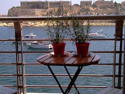 mit Blick über den historischen Hafen
