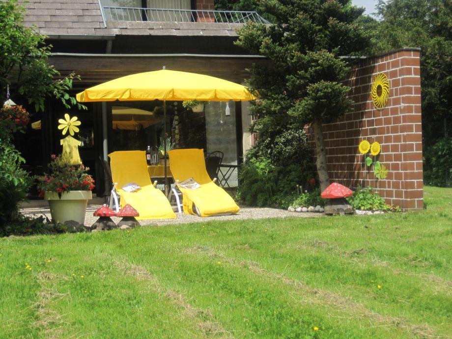 Urlaubsparadies - ruhige Terrasse mit Garten