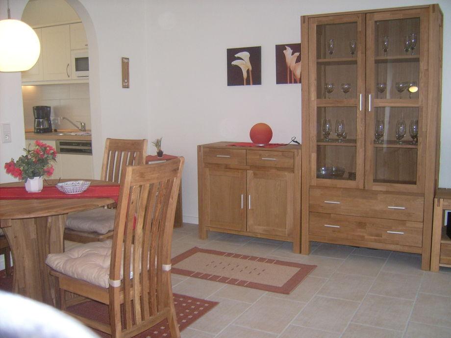 Wohnzimmer, hinten links die Küche