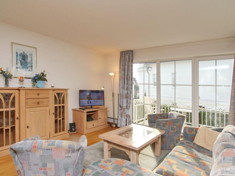Couchbereich und Flatscreen-TV im Wohnzimmer