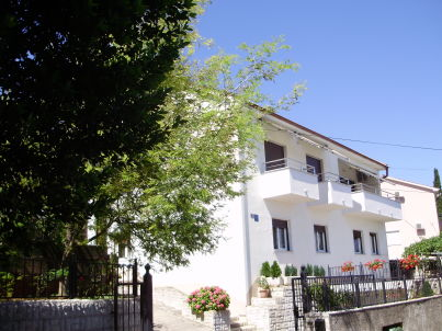 Sanja - big apartment in private house with garden