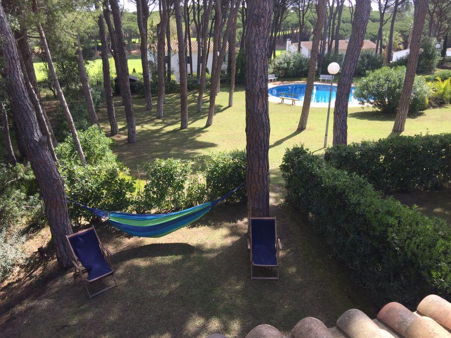 Blick vom Balkon auf Garten, Pool, Golfplatz