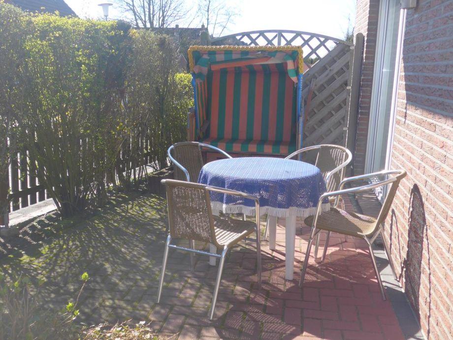 Terrasse mit Gartenmöbleln und Strandkorb