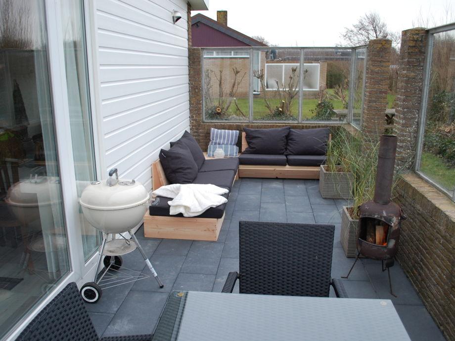 Die Terrasse mit bbq, loungebank und Gartenset