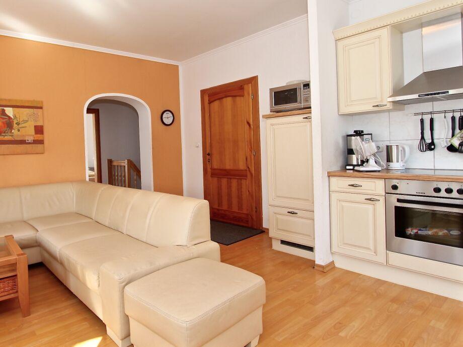 Gemütlicher Wohnbereich mit einer offenen Küche