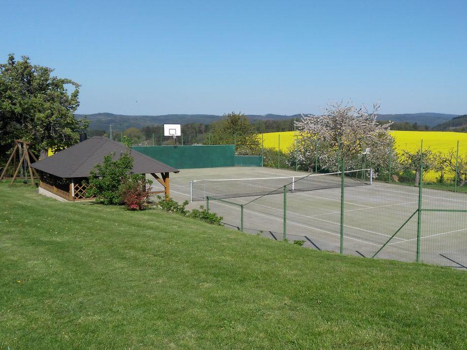 Garten mit Tenisplatz und Grillanlage
