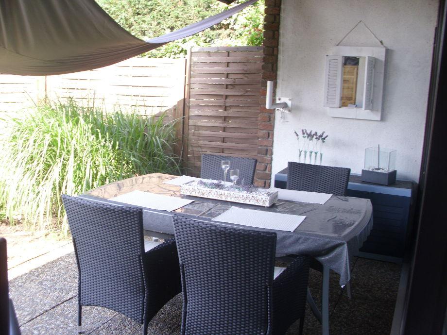 Die Terrasse , Tisch mit vier Sesseln