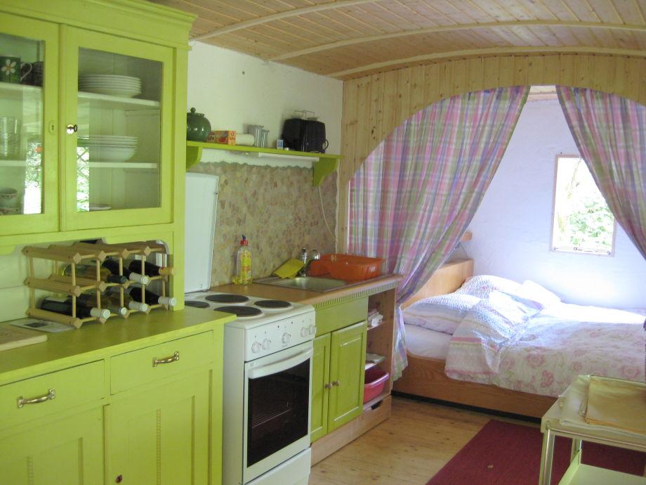 Kiwigrüne Küche mit Bettalkoven