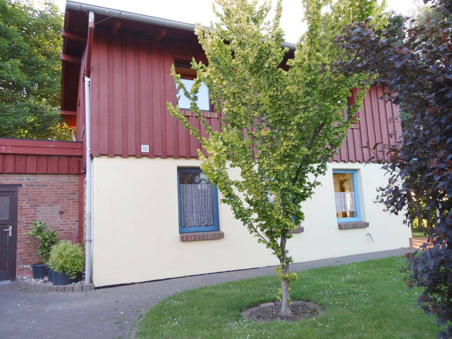 Ferienhaus Ansicht auf Bad- und Küchenfenster
