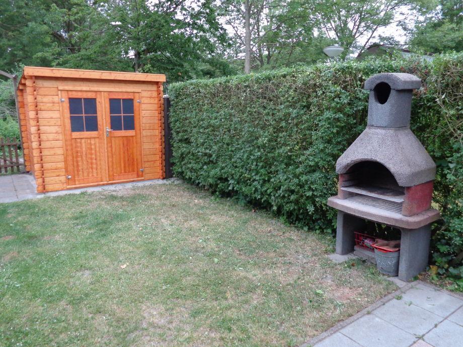 Garten Mit Grillkamin Und Hütte