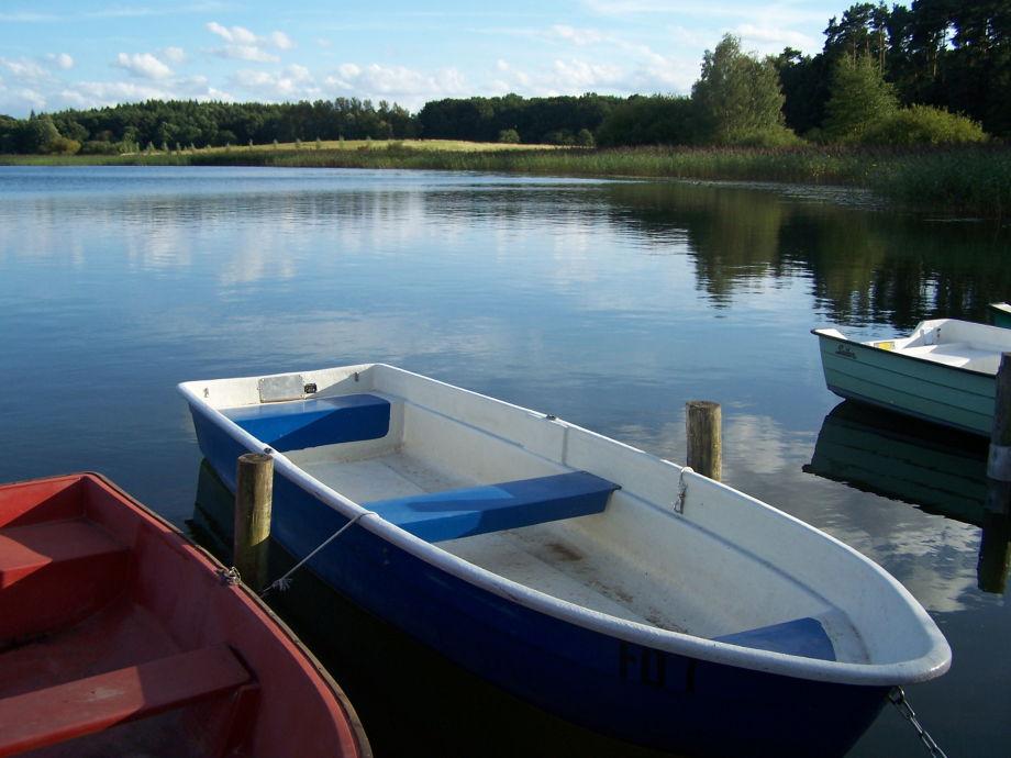 Das blaue Ruderboot am Steg steht Ihnen zur Verfügung