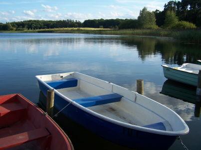 am Glammsee mit 2 Booten und Stegliegeplatz