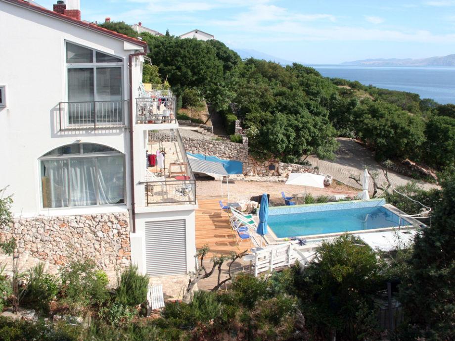 Der vordere Teil des Hauses mit dem Pool