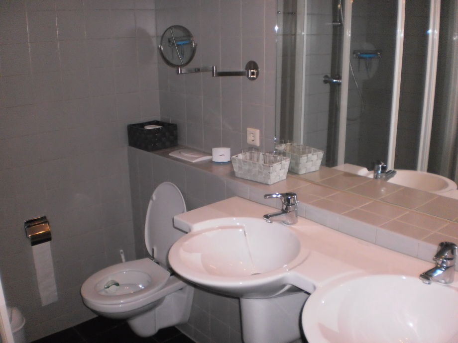 2 Badezimmer: 2 Duschen Kabinen, 1 Whirlpool