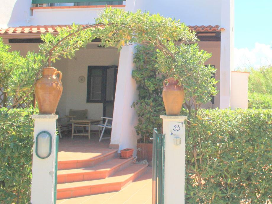 Villa Cosima: Eingang, Vorgarten und Terrasse