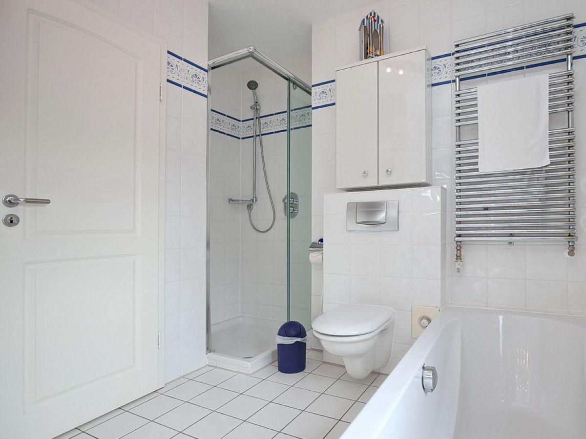 Ferienwohnung 08 in der ferienanlage waterkant seestern - Badezimmer mit dusche und badewanne ...