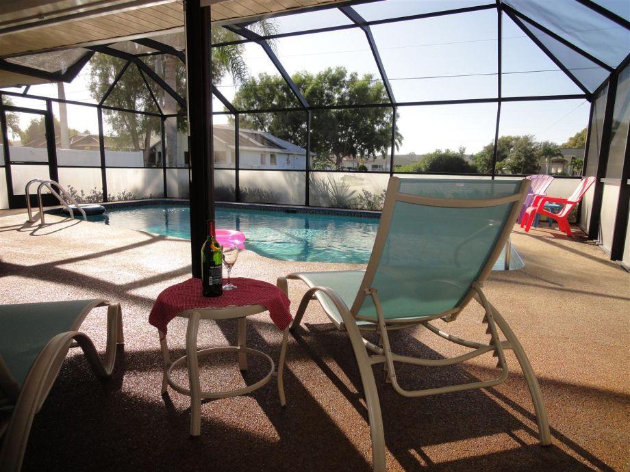 Relaxen im großen Poolbereich