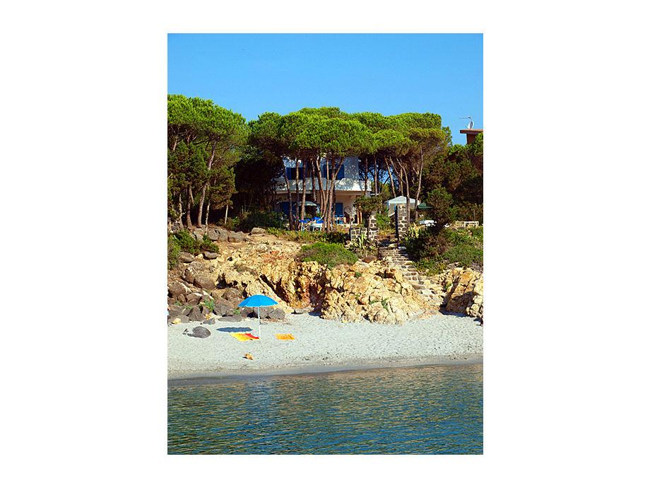 Strand mit Haus im Hintergrund