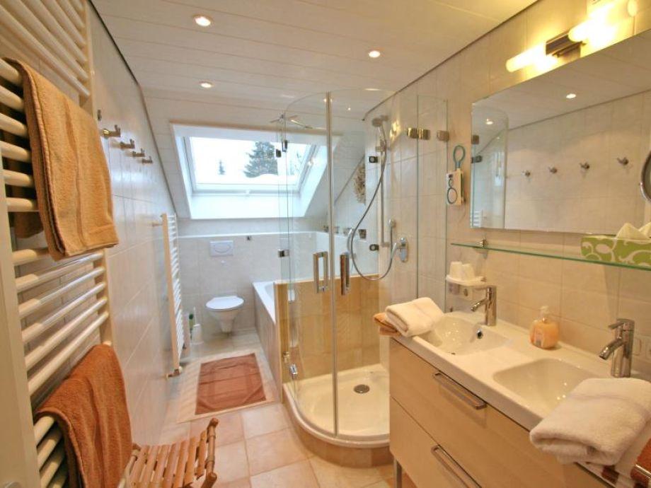 Komfort Bad Mit Doppelwaschtisch, 2 Handtuchwärmer, Dusche Und Wanne (zus.  Gäste