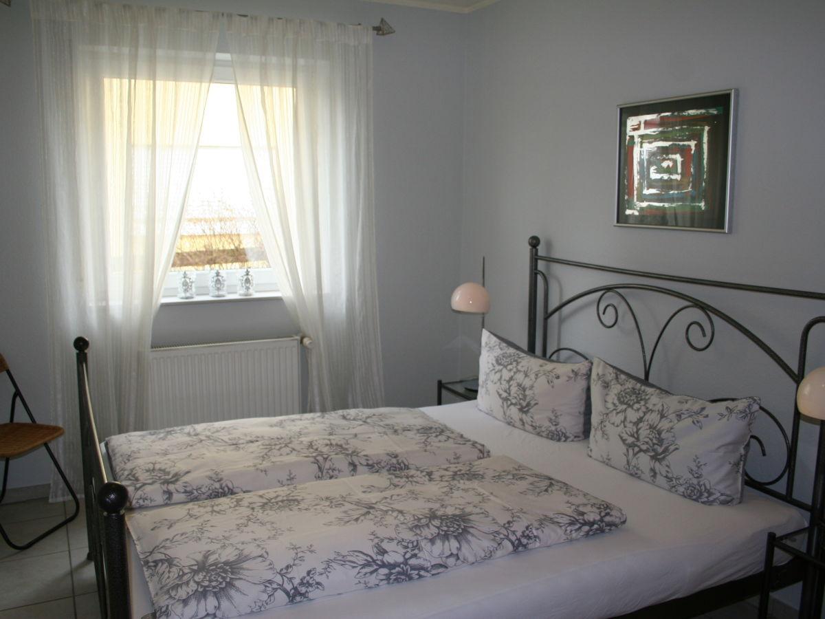 ferienwohnung berfluss am moselufer bernkastel kues mosel rheinland pfalz moseltal frau. Black Bedroom Furniture Sets. Home Design Ideas