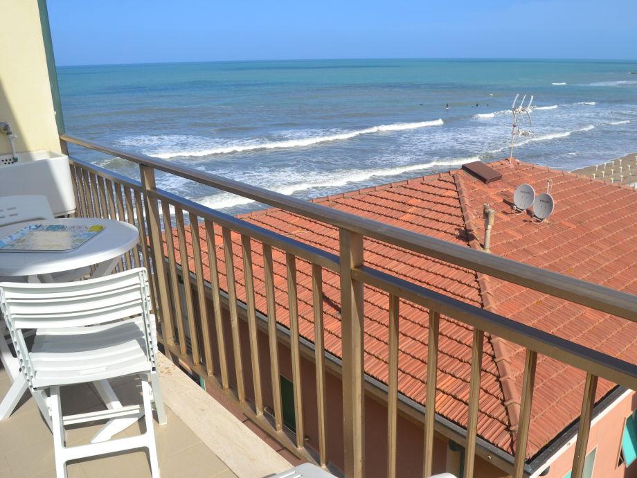 Balkon mit Meerblick und Sonne