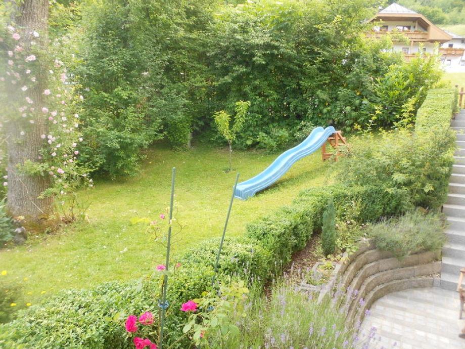 Blick von der eigenen Terrasse, Rutsche, Liegewiese