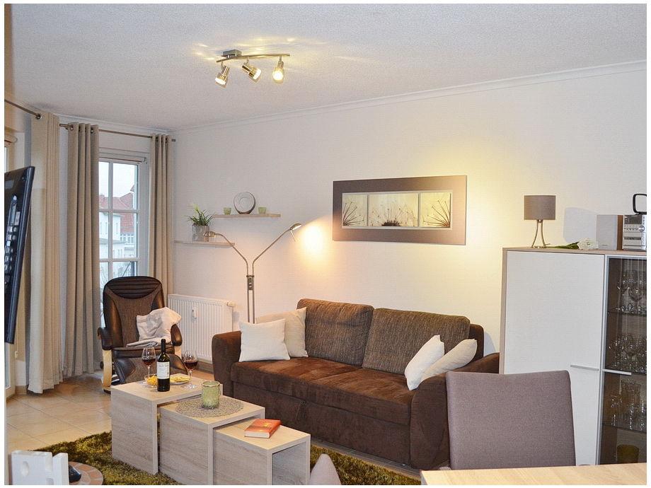 Wohnbereich mit Schalfcouch und Flachbild-TV