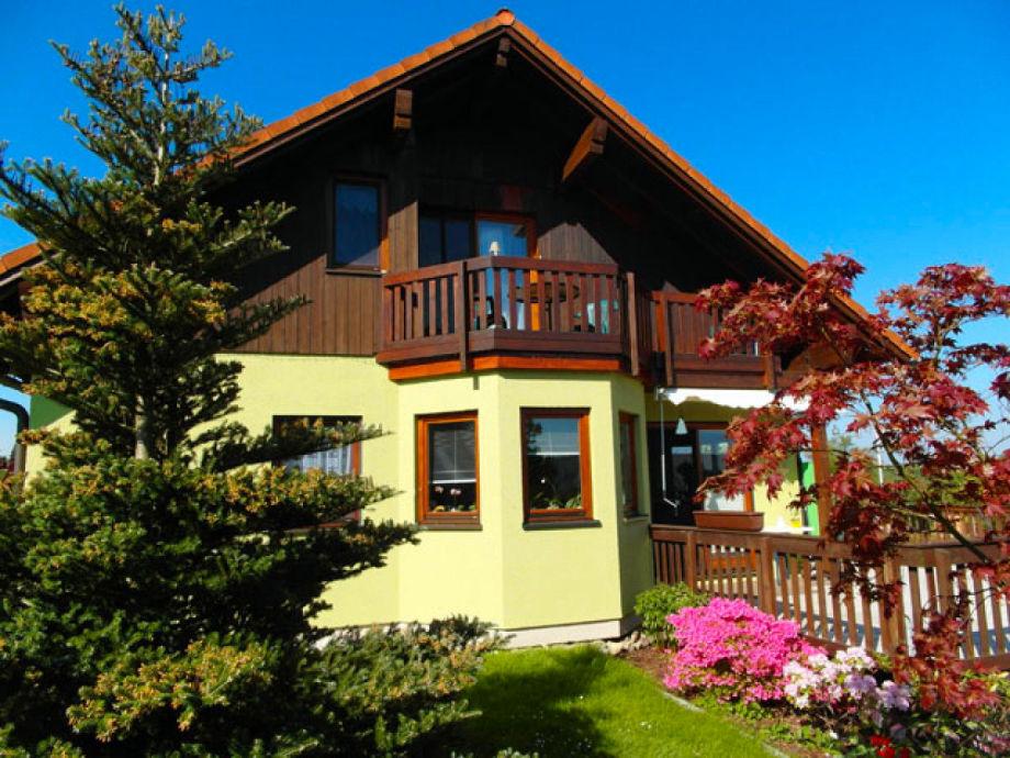 Hausansicht mit der Ferienwohnung im Dachgeschoss