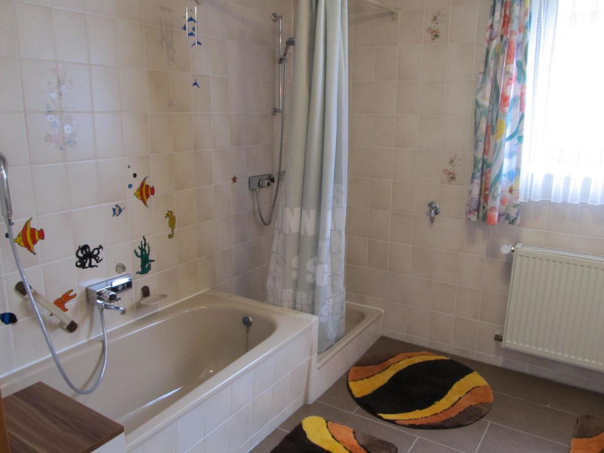 Connys ferienwohnung bad mergentheim taubertal - Badezimmer mit dusche und badewanne ...