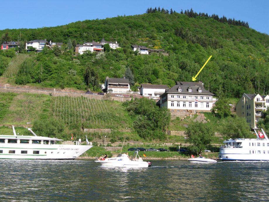 Alte Weinbauschule von der Mosel gesehen