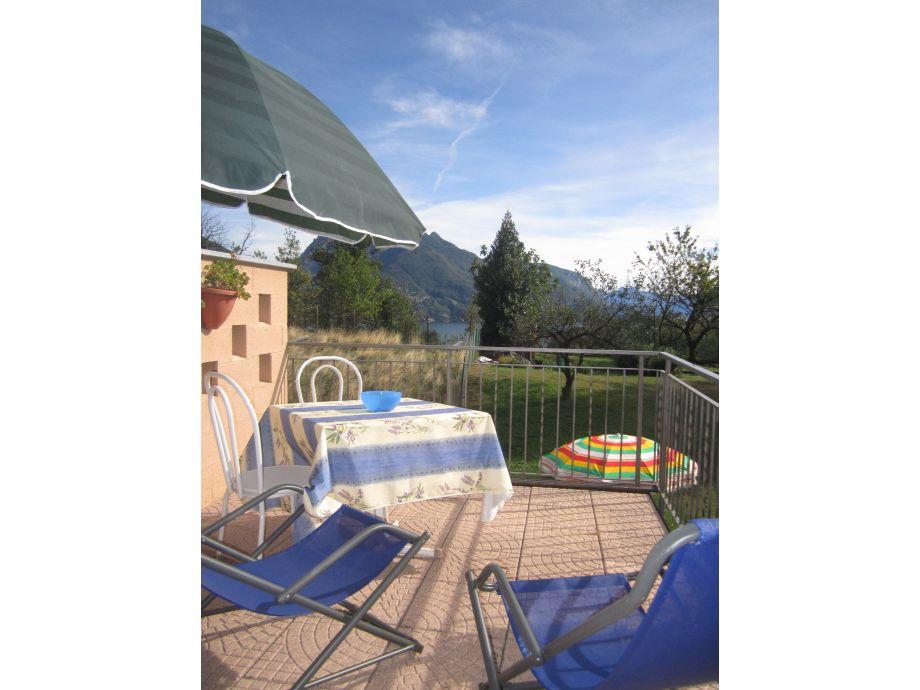 Private Terrasse mit Blick auf See, Garten und Berge