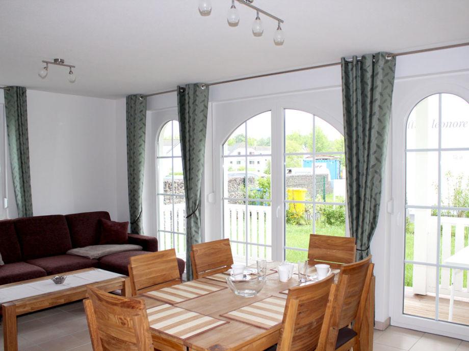 Wohnzimmer mit Terrasse und Garten