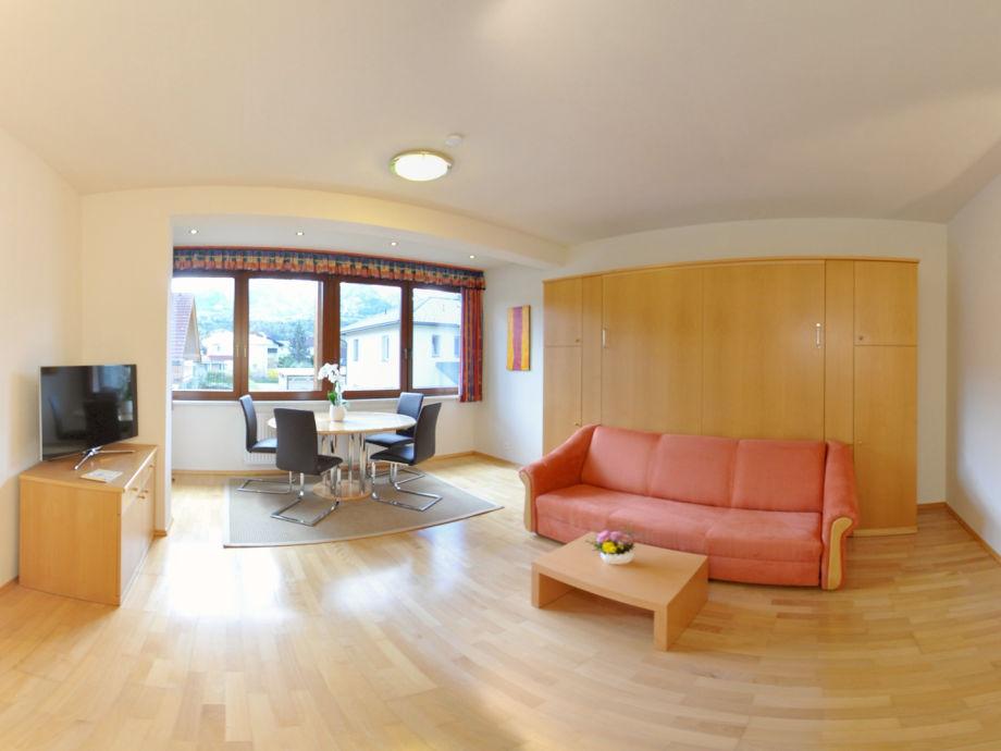 Das frei schwebende Schrankbett im Wohn/Schlafzimmer