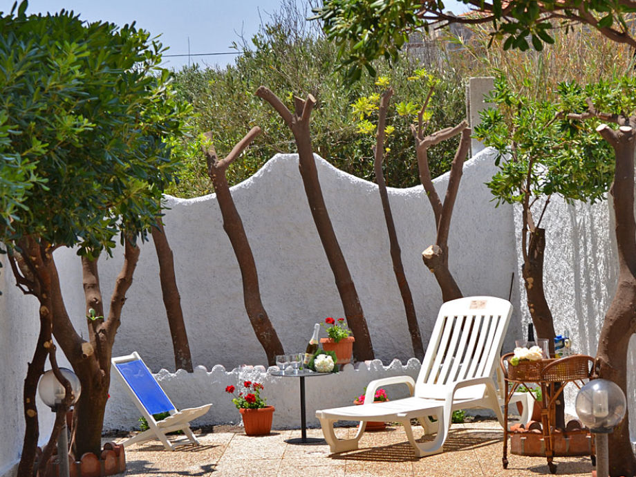 Der Garten mit Sonnenliegen, Grill