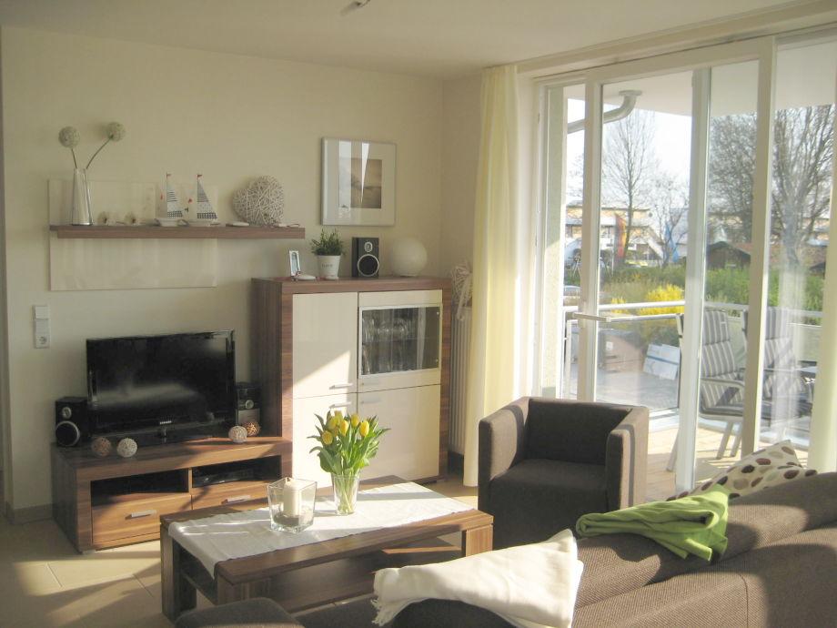 Wohnzimmer mit HD Fernseher und Schlafsofa
