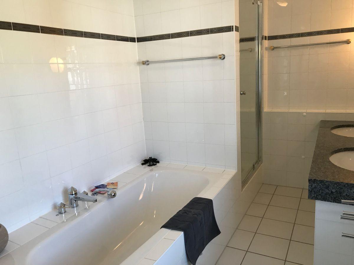 Ferienhaus rosa ammersee frau sabine conradt - Badezimmer mit dusche und badewanne ...