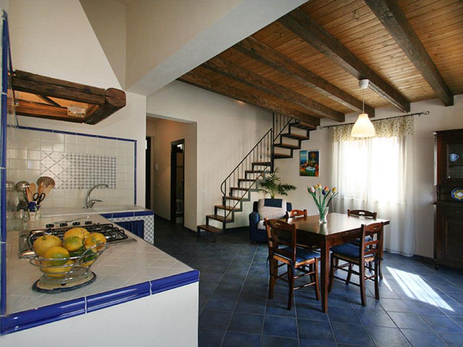 Der schöne große Wohnraum mit Maiolika-Küche