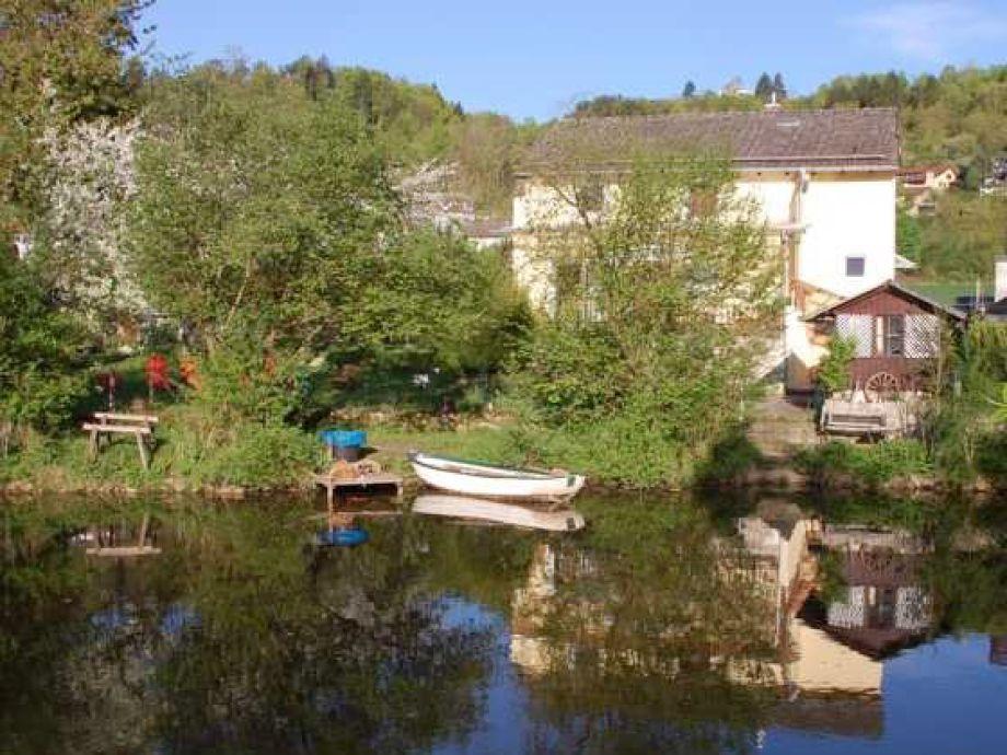 Fluss - Seite mit Garten und Boot