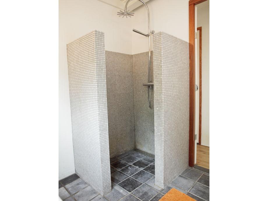 separate Dusche im Badezimmer